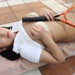 徳江かなグラビア動画 テニスラケットをおっぱいで挟み込み擬似パイズリ