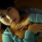 桐山瑠衣グラビア動画 薄暗い部屋でエロビーム放つノーブラ&パンティ女子