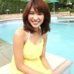 久松郁実グラビア動画 黄色いワンピを着たままリゾートプールに入る美女