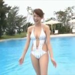 原幹恵グラビア動画 ストライプのモノキニ水着美女の美おっぱいボディ