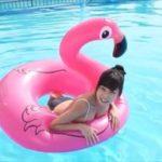 青山ひかるグラビア動画 プールではしゃぐバックレスワンピ水着の巨乳女子