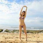 葉月ゆめグラビア動画 紫色水着のぷるるん美おっぱい女子オンザビーチ!