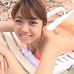 中村静香グラビア動画 お団子ヘアとオレンジ水着がエロかわすぎる巨乳女子