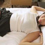 鈴木ふみ奈グラビア動画 パンチラ&ブラチラさせてベットで誘惑する巨乳彼女