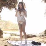 西田麻衣グラビア動画 ビーチの岩陰でJK制服を脱いで魅せるおっぱいボディ