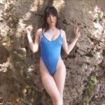 今野杏南グラビア動画 岩礁ビーチで魅せるハイレグワンピ水着の美乳ボディ