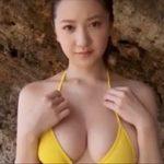 葉月ゆめグラビア動画 黄色ビキニ巨乳女子が岩礁ビーチでいたずらされる・・
