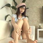くりえみグラビア動画 ベレー帽コーデがカワイイ!!ちょっとエッチなメガネ女子