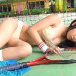 永井里菜グラビア動画 テニスコートでウェアを脱ぐツインテール美乳女子
